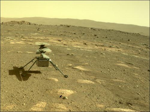 El helicóptero Ingenuity de la NASA se puede ver en Marte a través de la Hazard Camera del rover Perseverance captada el 4 de abril de 2021, el día marciano, o sol, número 44 de la misión. Crédito: NASA / JPL-Caltech.