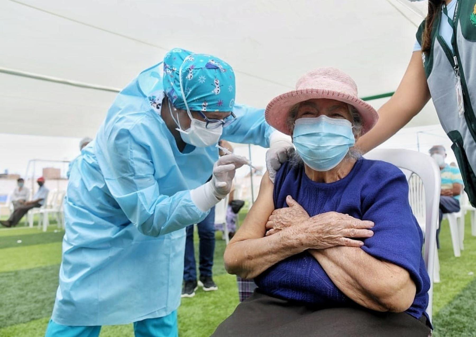 Adultos mayores de la provincia de Trujillo reciben la segunda dosis de la vacuna Pfizer contra el covid-19, informó el Gobierno Regional de La Libertad. Foto: ANDINA/difusión.