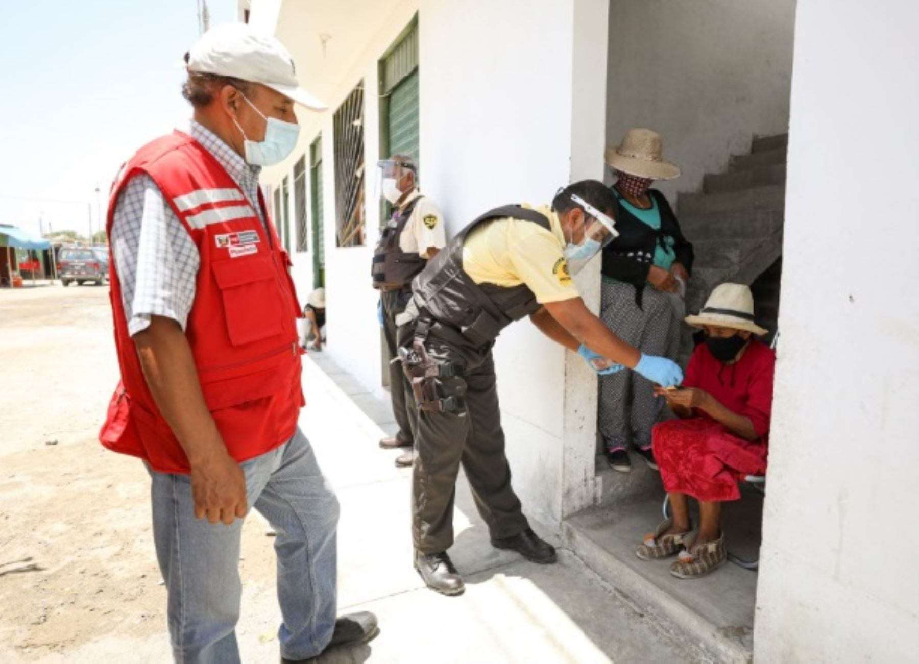 El pago del bono S/ 600 a las familias vulnerables que viven en las 10 regiones declaradas en riesgo extremo frente a la pandemia de covid-19 registra un avance del 64.2 %, destacó el Midis. ANDINA/Difusión