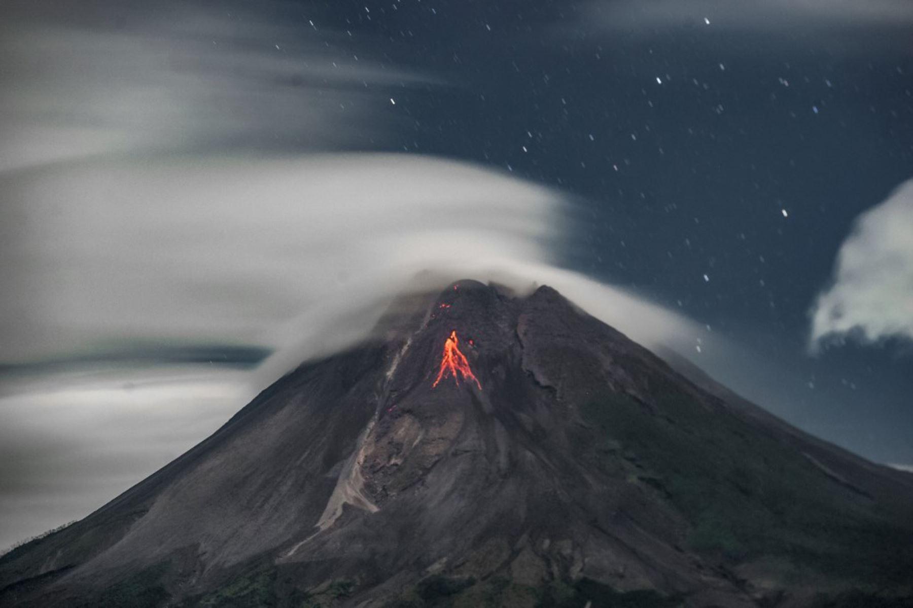 La lava fluye desde el cráter del monte Merapi visto desde el distrito de Turi en Sleman, Yogyakarta  Foto: AFP