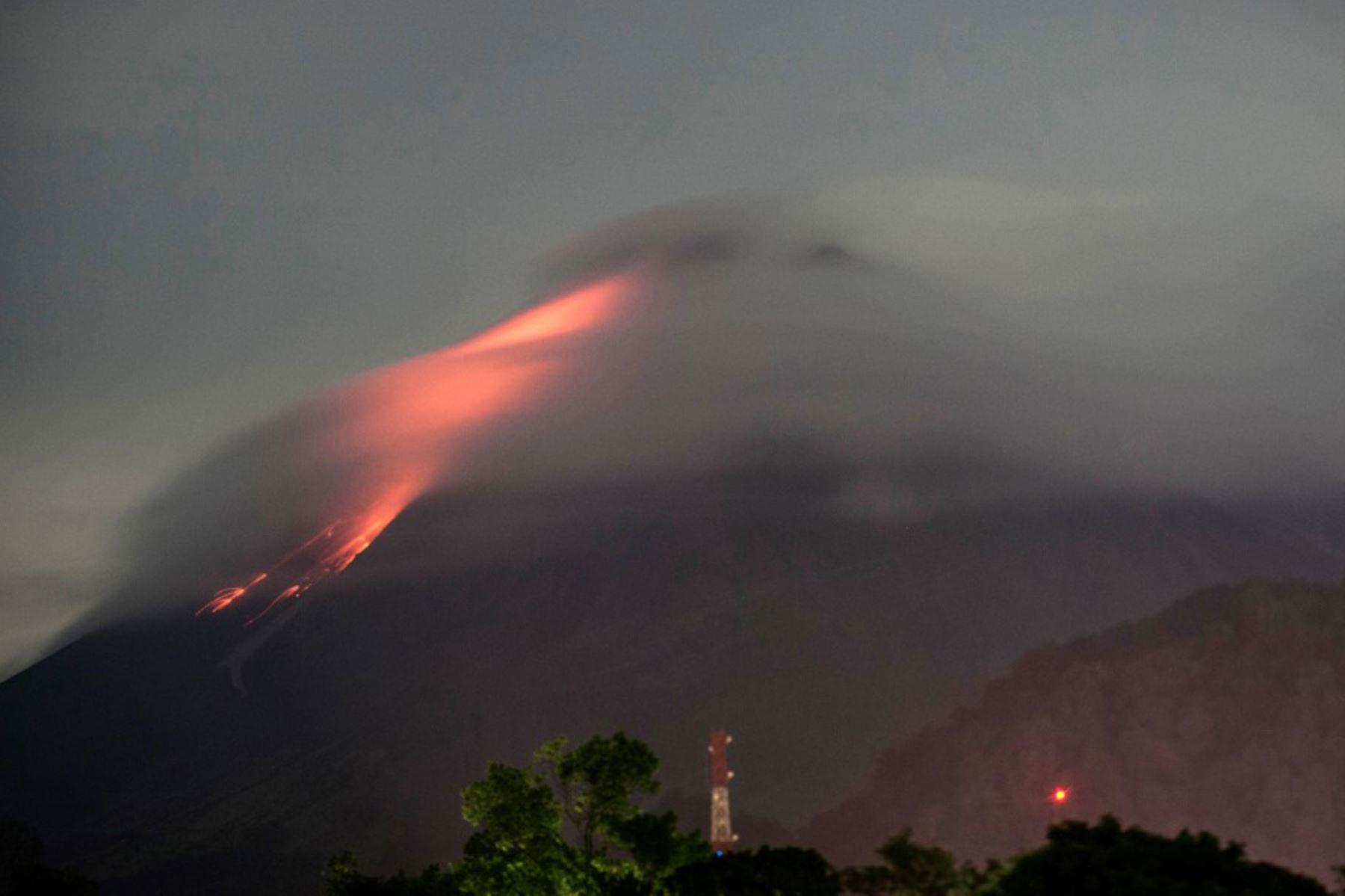 La lava fluye desde el cráter del monte Merapi, el volcán más activo de Indonesia, visto desde Kaliurang en Yogyakarta.  Foto: AFP