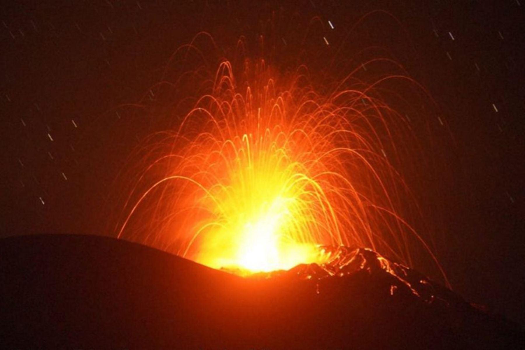 Monte Lewotolo arrojando lava desde su cráter en la isla Lembata, al este de Nusa Tenggara.  Foto: AFP