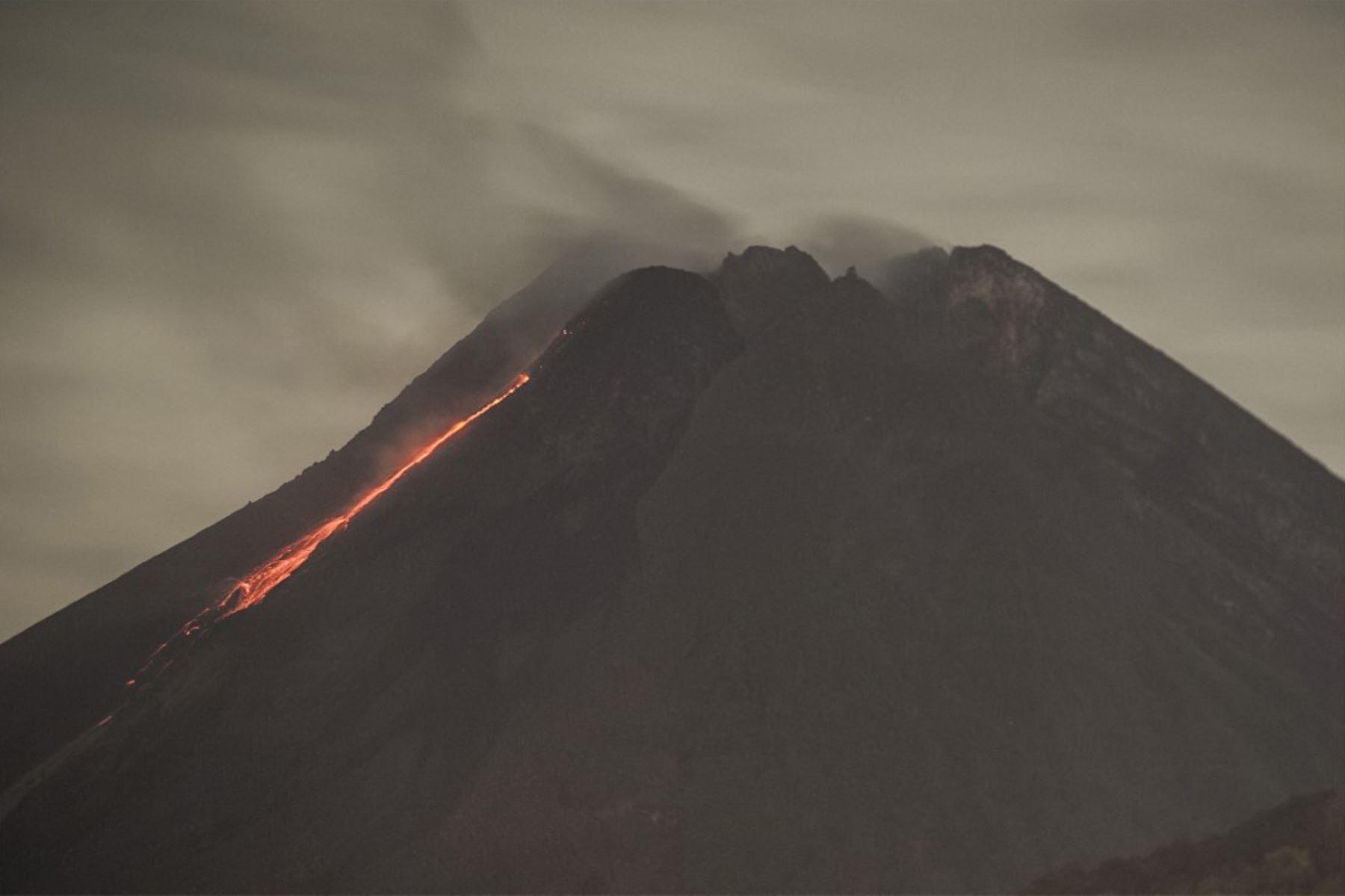 La lava fluye desde el cráter del monte Merapi, el volcán más activo de Indonesia, visto desde Sleman en Yogyakarta.  Foto: AFP