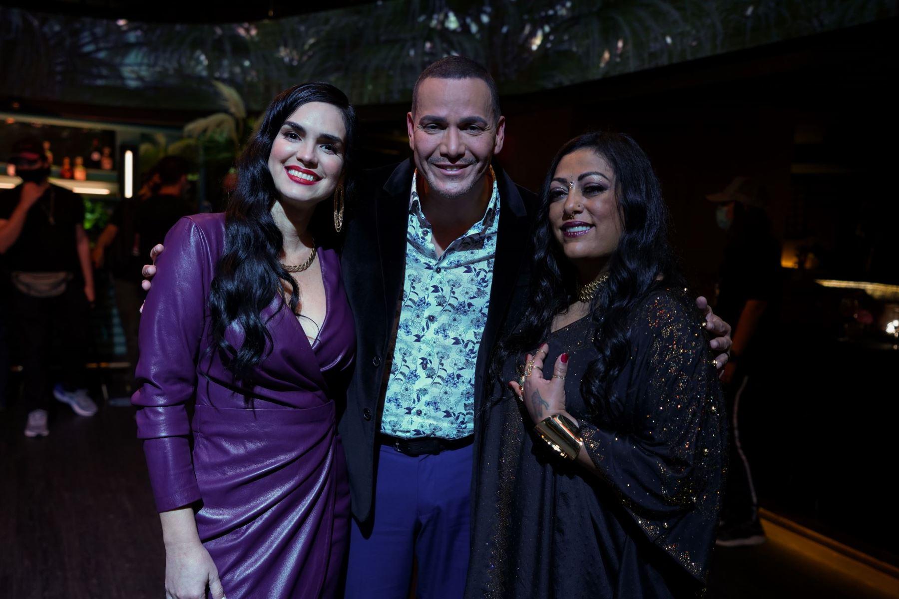 Víctor Manuelle posa junto a La India y la actriz Scarlett Ortiz, quien los acompaña en el video.