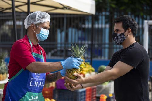 """Mercado móvil se ubica en losa deportiva """"El Planeta"""" en el Cercado de Lima"""