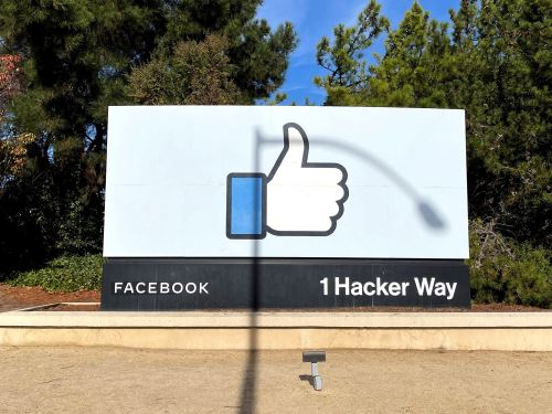 Además, el cofundador y consejero delegado de la firma, Mark Zuckerberg, ya anunció el año pasado sus planes para que la mitad de los trabajadores de la empresa pase a trabajar remotamente de forma permanente en los próximos 10 años. Foto: AFP