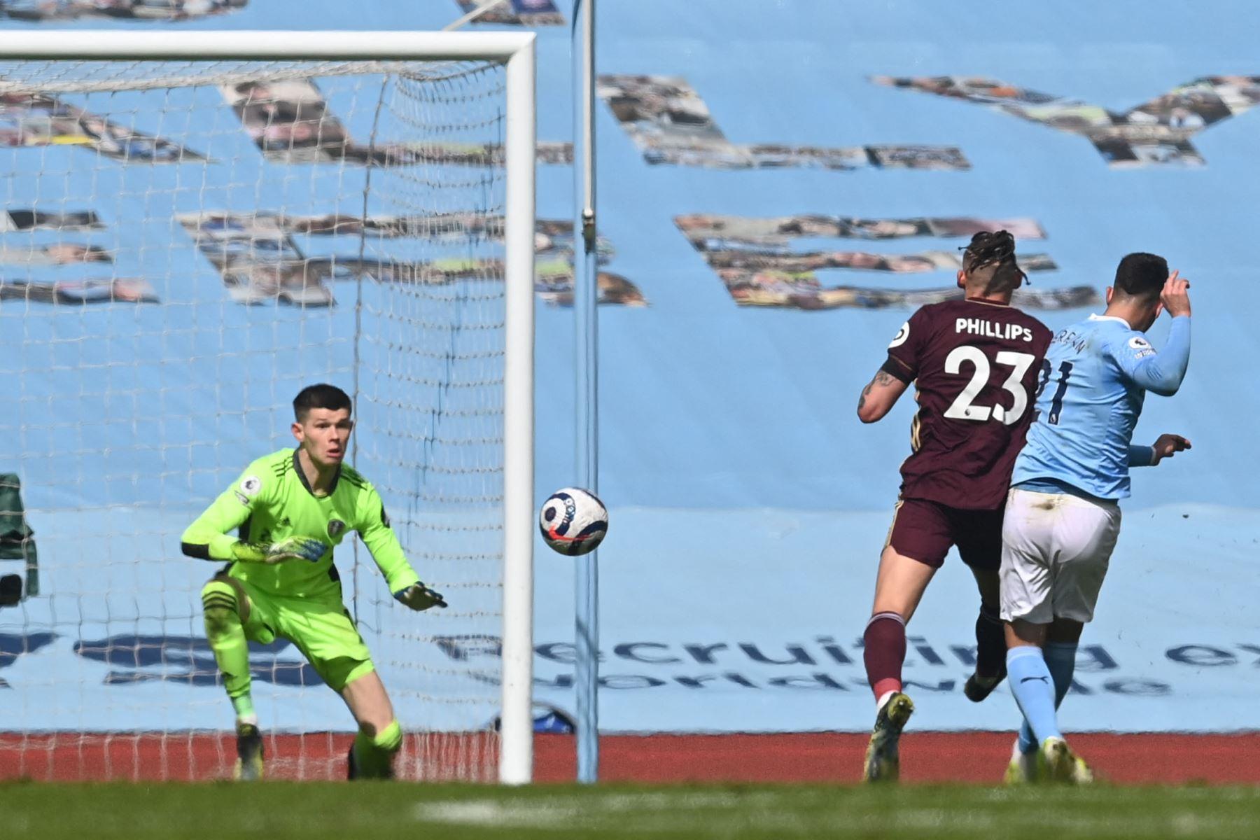 El centrocampista español del Manchester City Ferran Torres  marca un gol durante el partido de fútbol de la Premier League inglesa entre el Manchester City y el Leeds United. Foto: AFP