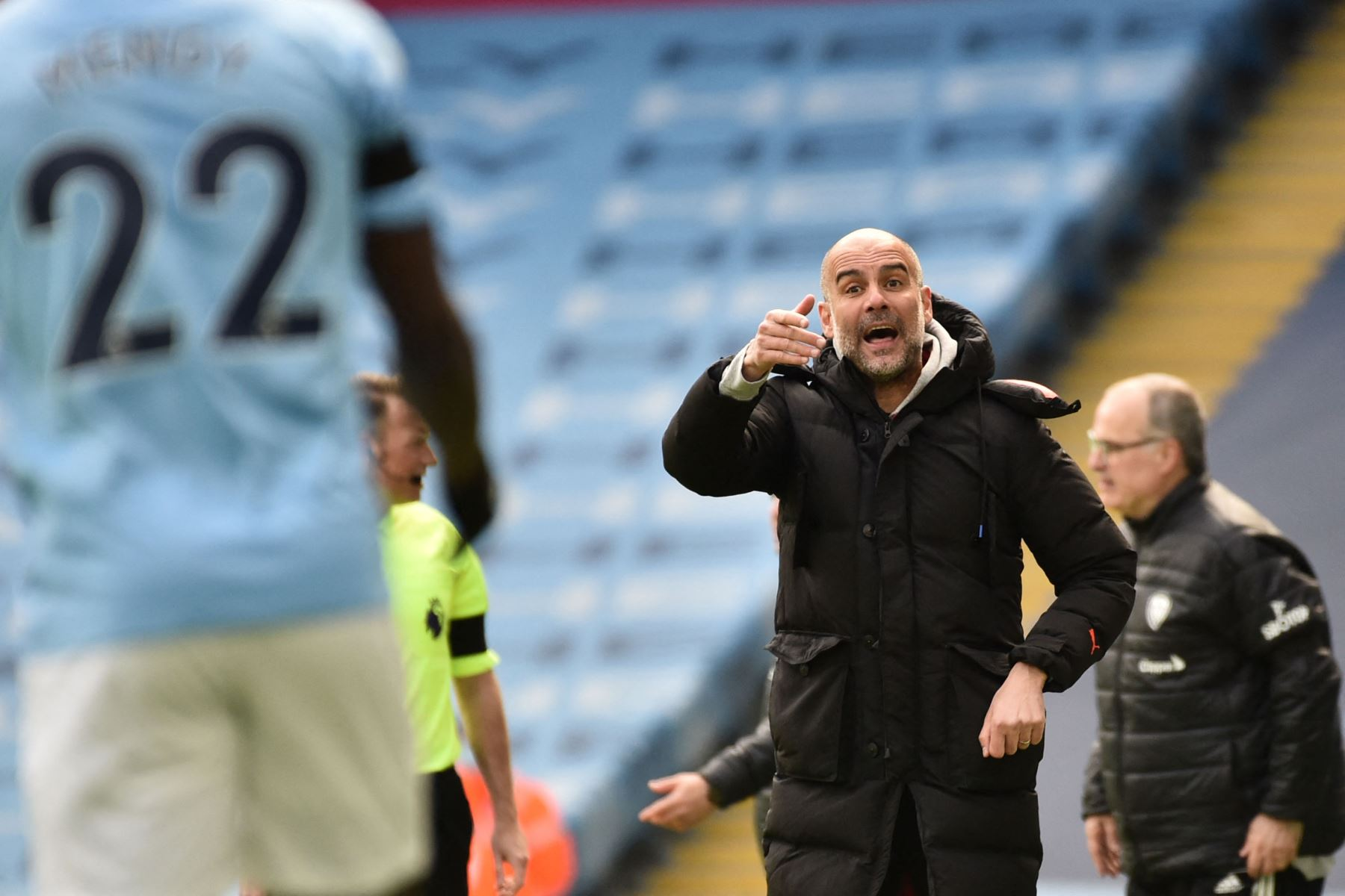El técnico español del Manchester City, Pep Guardiola, reacciona durante el partido de fútbol de la Premier League inglesa entre el Manchester City y el Leeds United. Foto: AFP