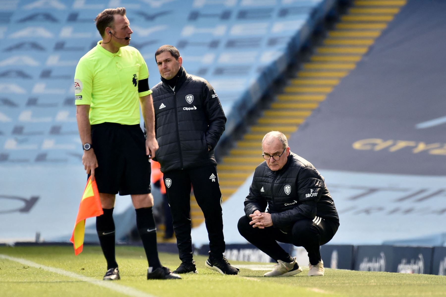 El entrenador argentino del Leeds United, Marcelo Bielsa, observa el partido de fútbol de la Premier League inglesa entre el Manchester City y el Leeds United. Foto: AFP