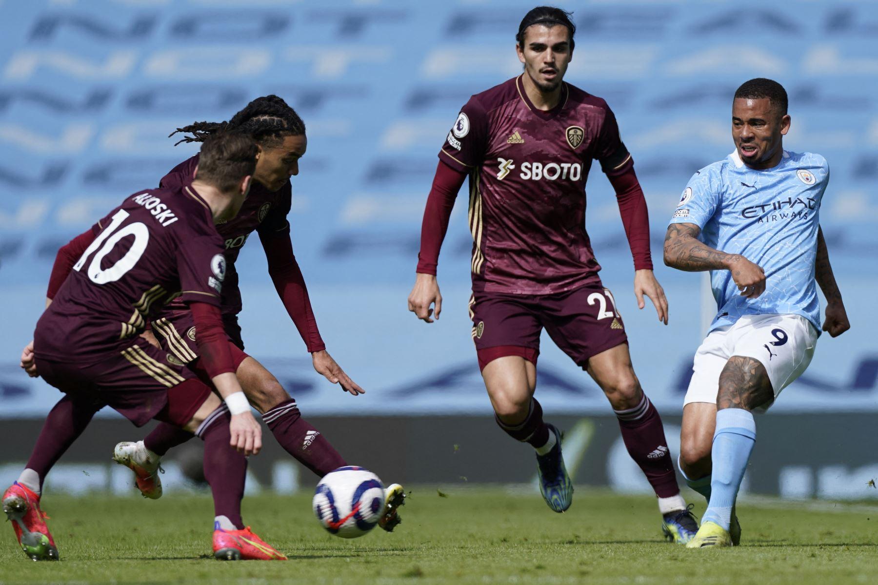 El delantero brasileño del Manchester City Gabriel Jesus  pasa el balón durante el partido de fútbol de la Premier League inglesa entre el Manchester City y el Leeds United. Foto: AFP