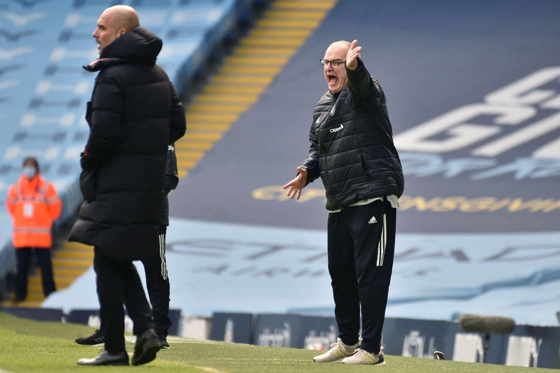 El entrenador argentino del Leeds United, Marcelo Bielsa (R), da instrucciones a sus jugadores durante el partido de fútbol de la Premier League inglesa entre el Manchester City y el Leeds United. Foto: AFP