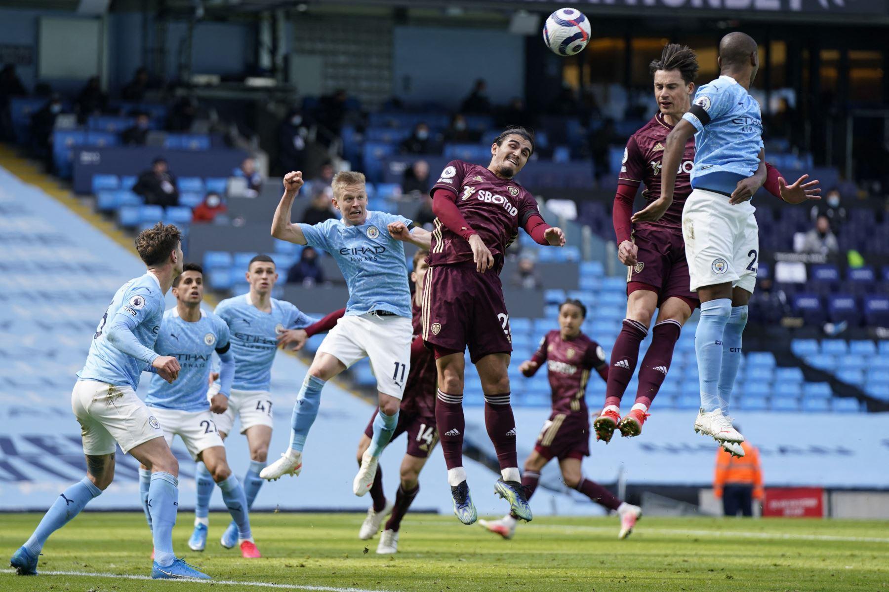 El centrocampista ucraniano del Manchester City Oleksandr Zinchenko lucha por el balón con el defensor holandés del Leeds United Pascal Struijk  durante el partido de fútbol de la Premier League inglesa entre el Manchester City y el Leeds United. Foto: AFP
