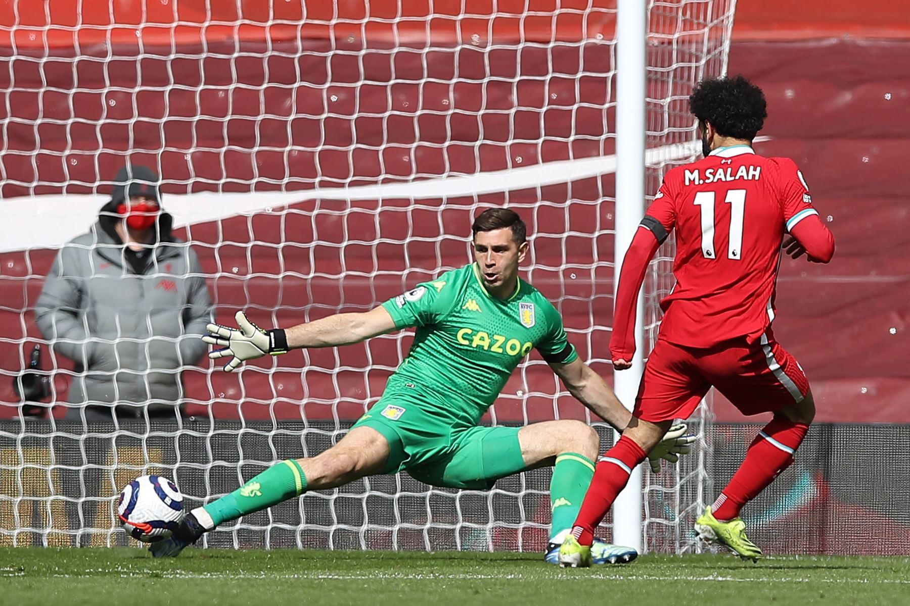El centrocampista egipcio del Liverpool Mohamed Salah pierde una oportunidad de gol durante el partido de fútbol de la Premier League inglesa entre Liverpool y Aston Villa. Foto: AFP