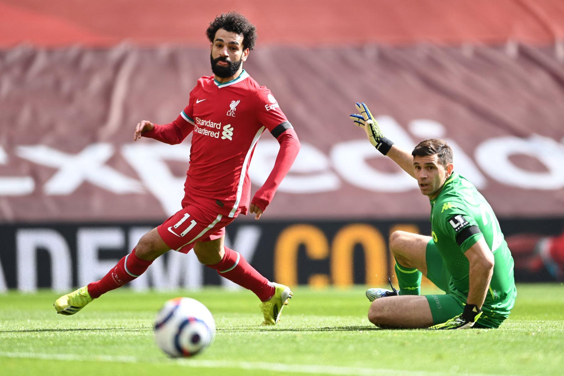 El mediocampista egipcio del Liverpool Mohamed Salah pierde una oportunidad de gol más allá del portero argentino de Aston Villa, Emiliano Martinez  durante el partido de fútbol de la Premier League inglesa entre Liverpool y Aston Villa. Foto: AFP