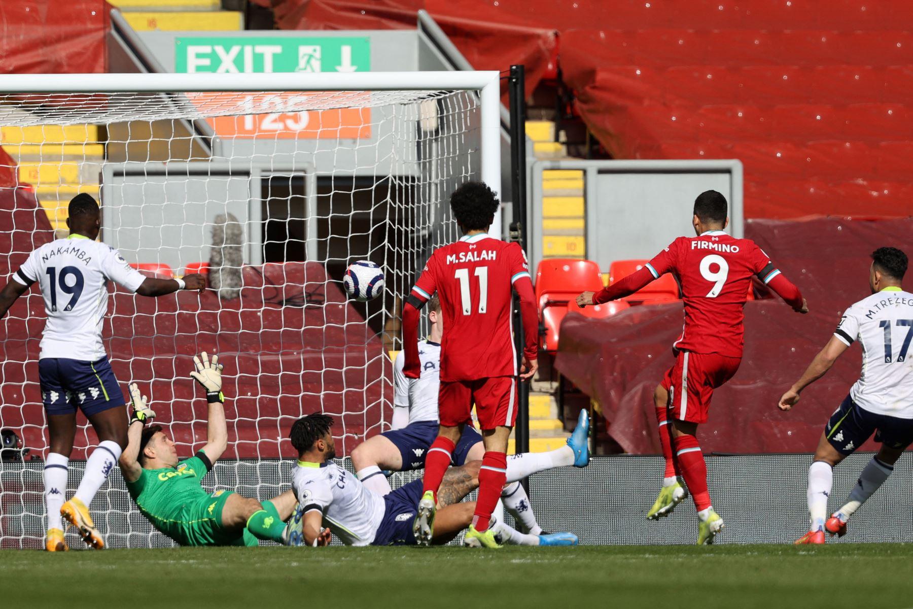 El centrocampista brasileño del Liverpool Roberto Firmino  anota, pero tras un VAR el gol es anulado debido a un fuera de juego anterior, durante el partido de fútbol de la Premier League inglesa entre Liverpool y Aston Villa. Foto: AFP