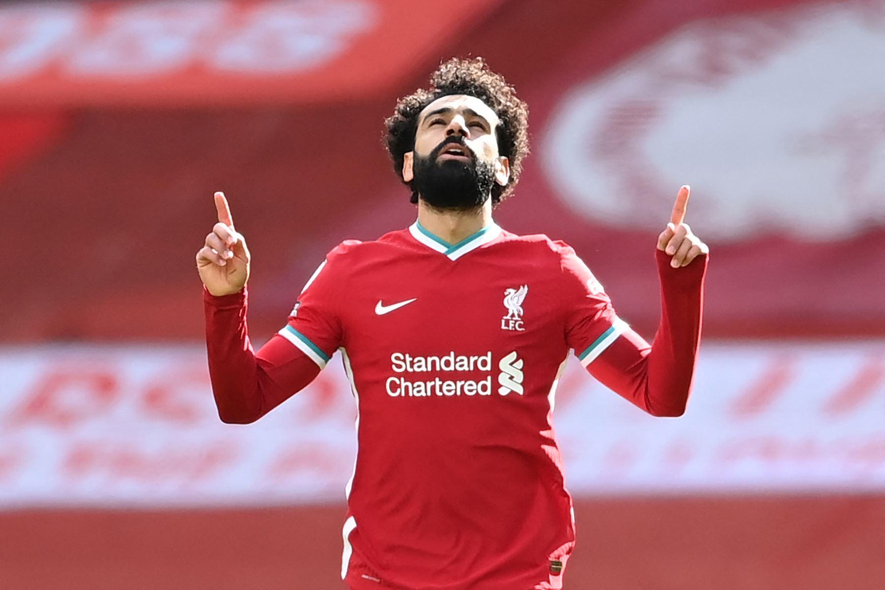El centrocampista egipcio del Liverpool, Mohamed Salah, celebra tras anotar el primer gol de su equipo durante el partido de fútbol de la Premier League inglesa entre Liverpool y Aston Villa. Foto: AFP
