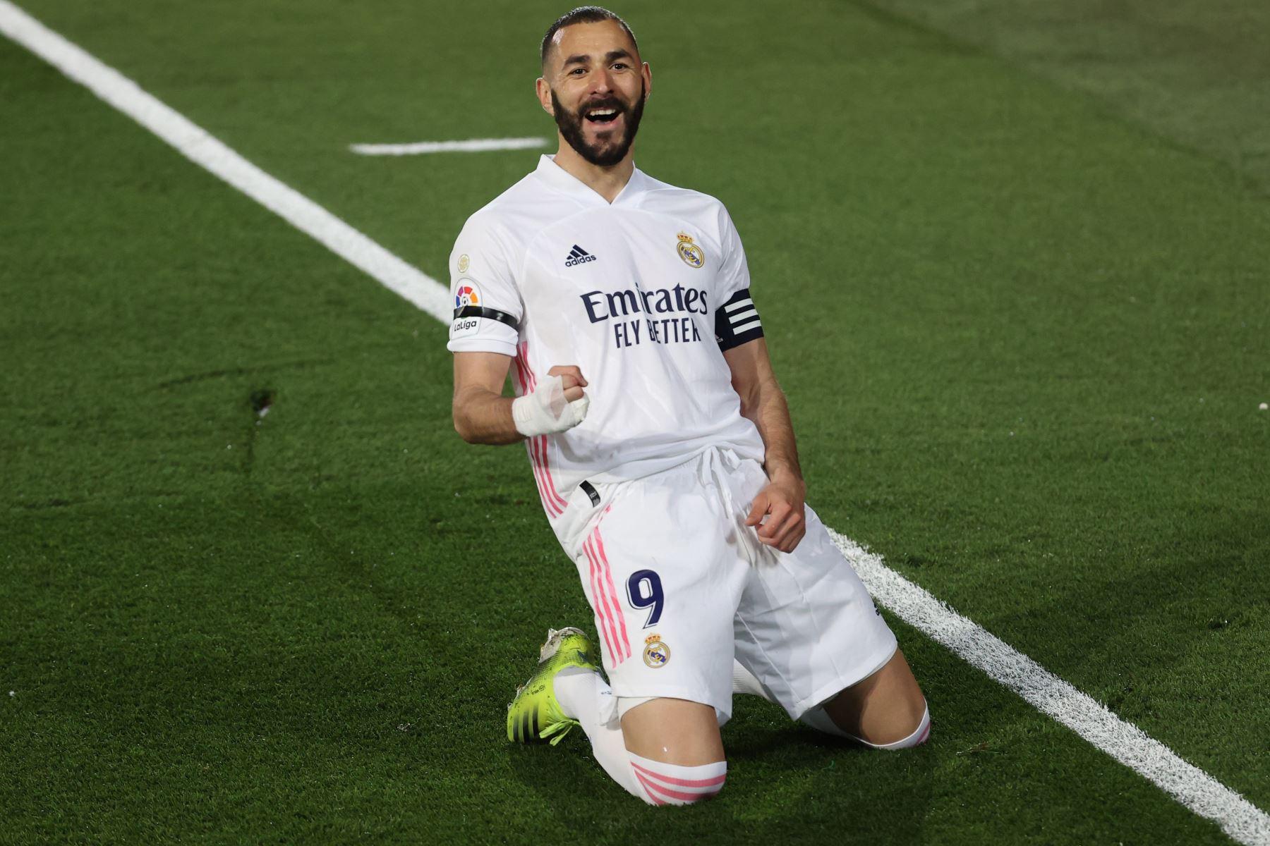 El delantero francés del Real Madrid, Karim Benzema, celebra el primer gol del equipo madridista durante el encuentro correspondiente a la jornada 30 de primera división que disputa frente al FC Barcelona. Foto: EFE