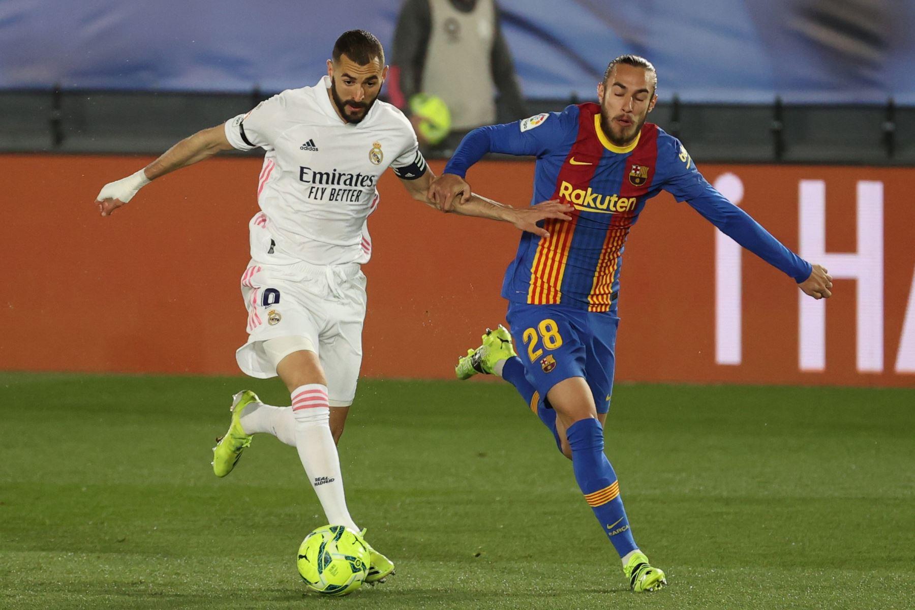 El delantero francés del Real Madrid, Karim Benzema , conduce el balón ante el defensa del FC Barcelona, Óscar Mingueza, durante el encuentro correspondiente a la jornada 30 de primera división. Foto: EFE