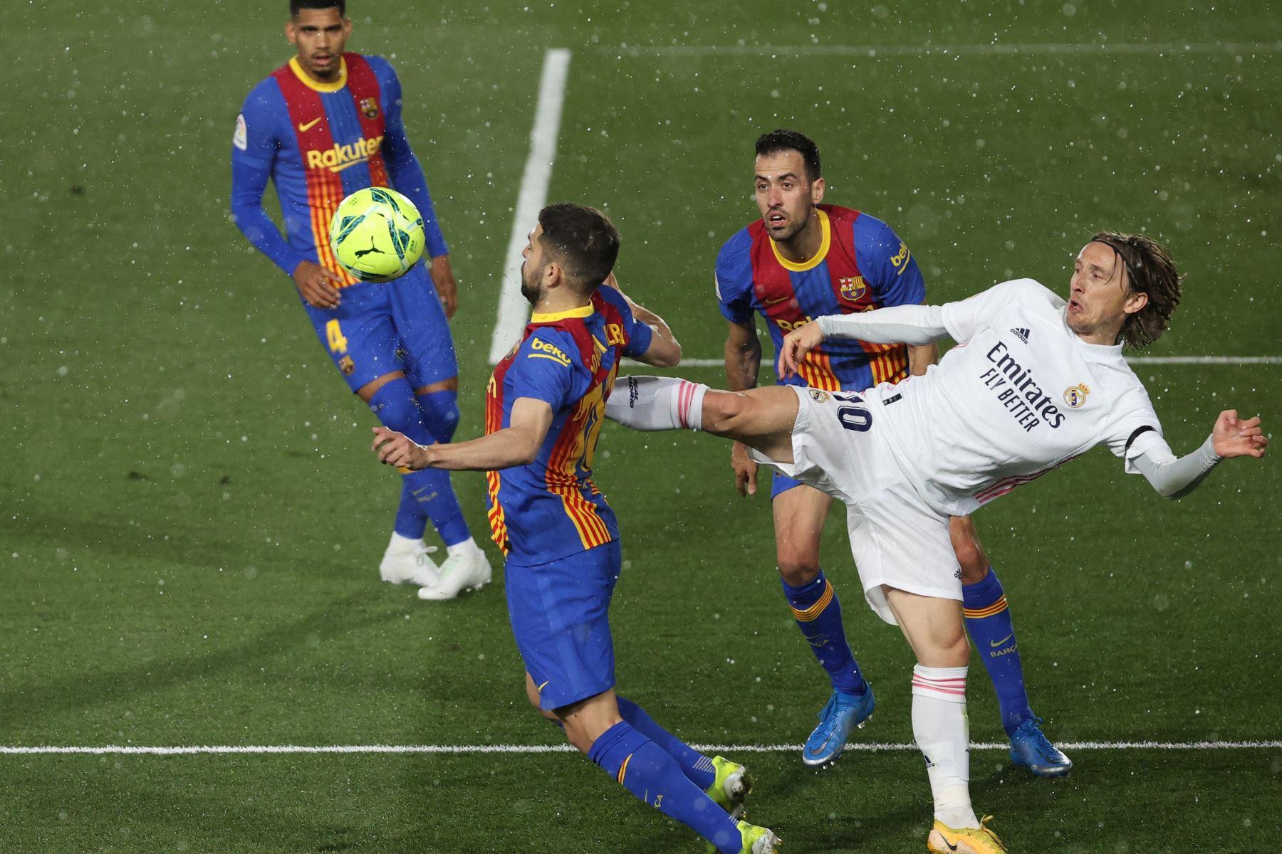 El defensa del FC Barcelona, Jordi Alba , intenta llevarse el balón ante el centrocampista croata del Real Madrid, Luka Modric, durante el encuentro correspondiente a la jornada 30 de primera división. Foto: EFE