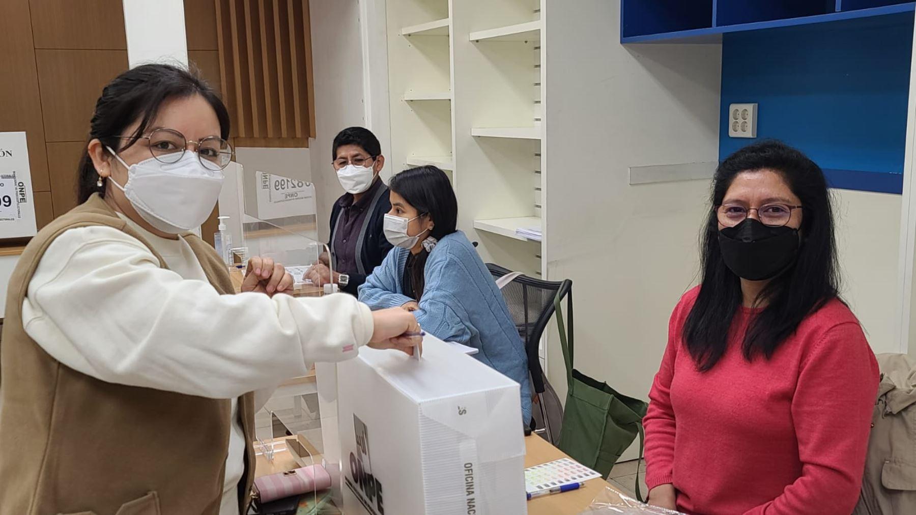 Peruanos residentes en Seúl, Corea del Sur, votan en las elecciones del 2021.