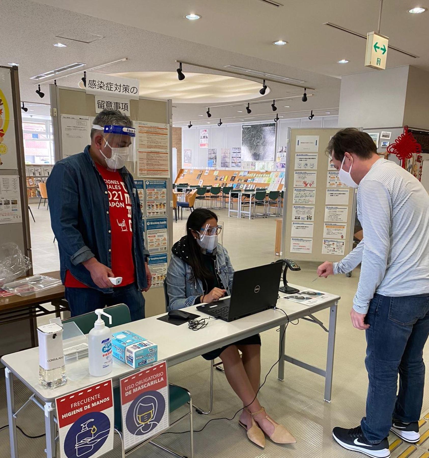 Peruanos votan en Japón en comicios generales del 2021.
