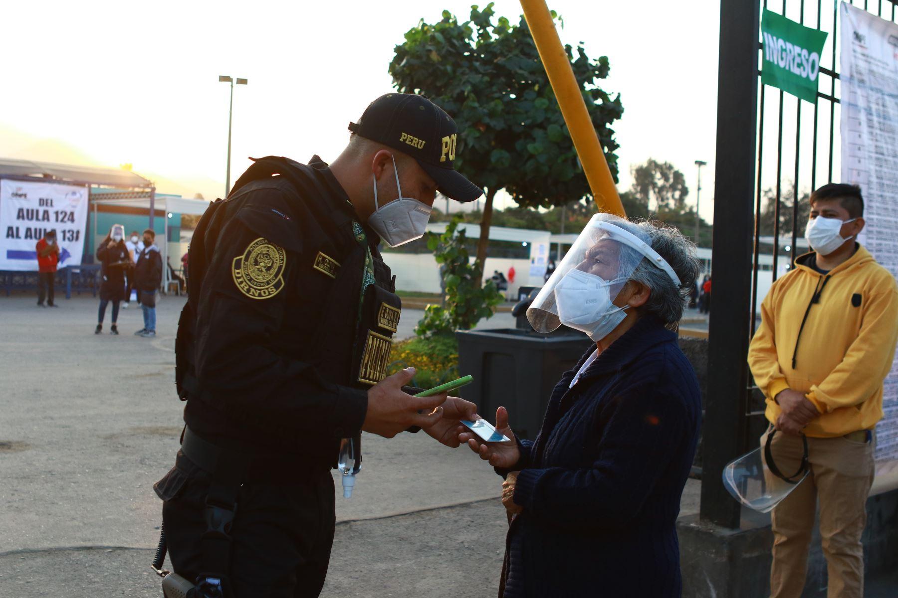 LIMA (PERÚ), 11/04/2021.- Más de 150,000 efectivos policiales y de las Fuerzas Armadas se encuentran desplazados a lo largo del territorio nacional para brindar seguridad en las elecciones generales, celebradas hoy en el país.  Foto: ANDINA/ Jhonel Rodríguez