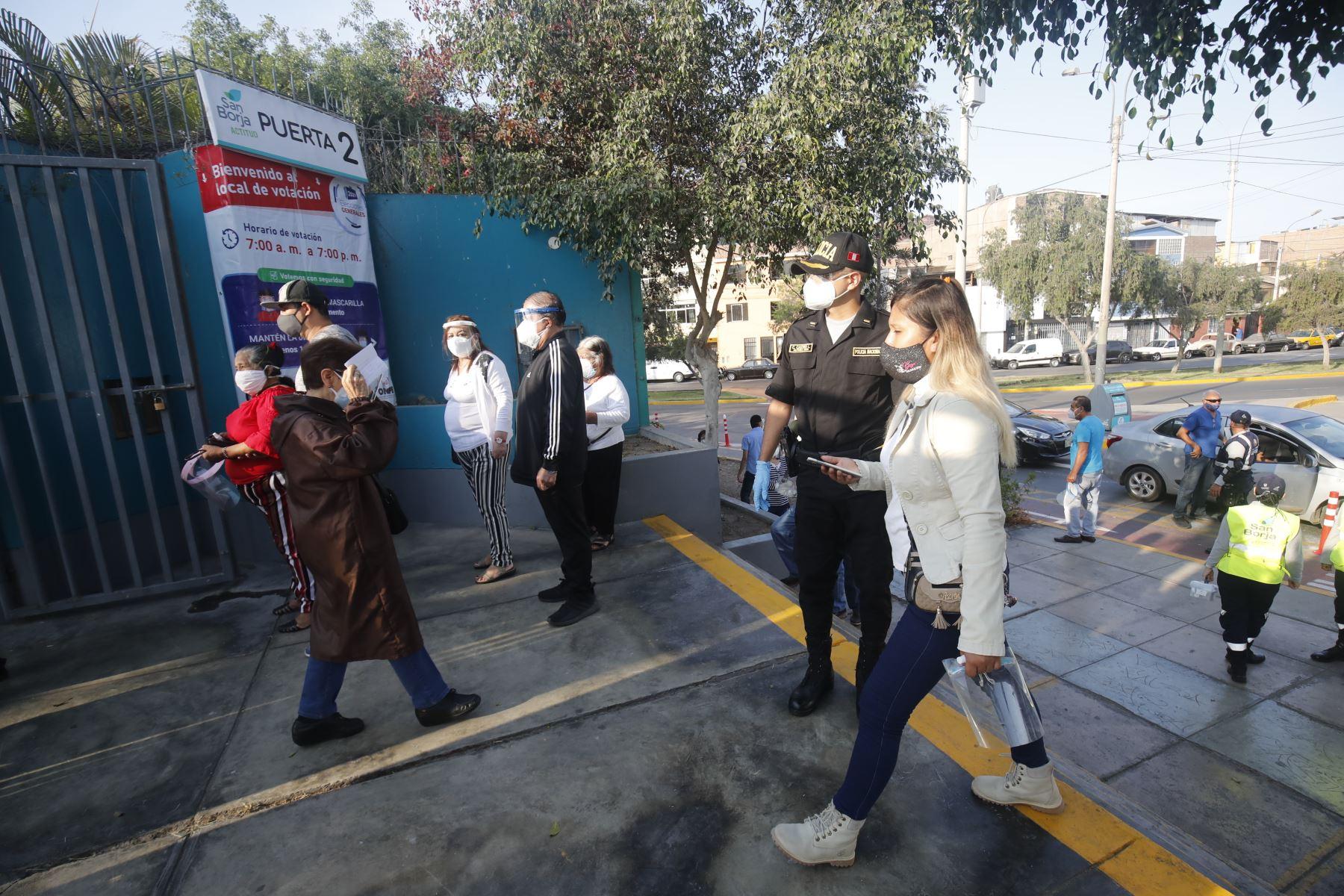 LIMA (PERÚ), 11/04/2021.- Más de 150,000 efectivos policiales y de las Fuerzas Armadas se encuentran desplazados a lo largo del territorio nacional para brindar seguridad en las elecciones generales, celebradas hoy en el país.  Foto: ANDINA/ Juan Carlos Guzmán