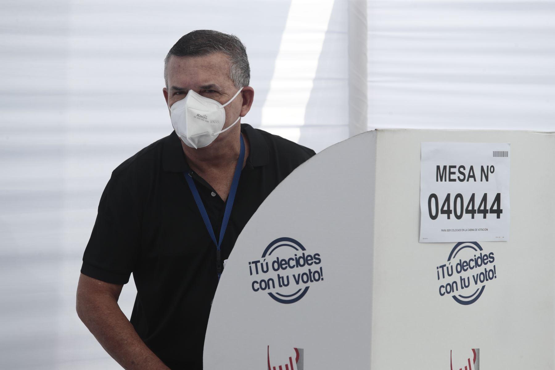 LIMA (PERÚ), 11/04/2021.-El candidato presidencial de Podemos Perú, Daniel Urresti, emite su voto en el Estadio Nacional La Molina Musa, en el distrito de La Molina, durante la jornada de las Elecciones Generales 2021. Foto: ANDINA/Braian Reyna