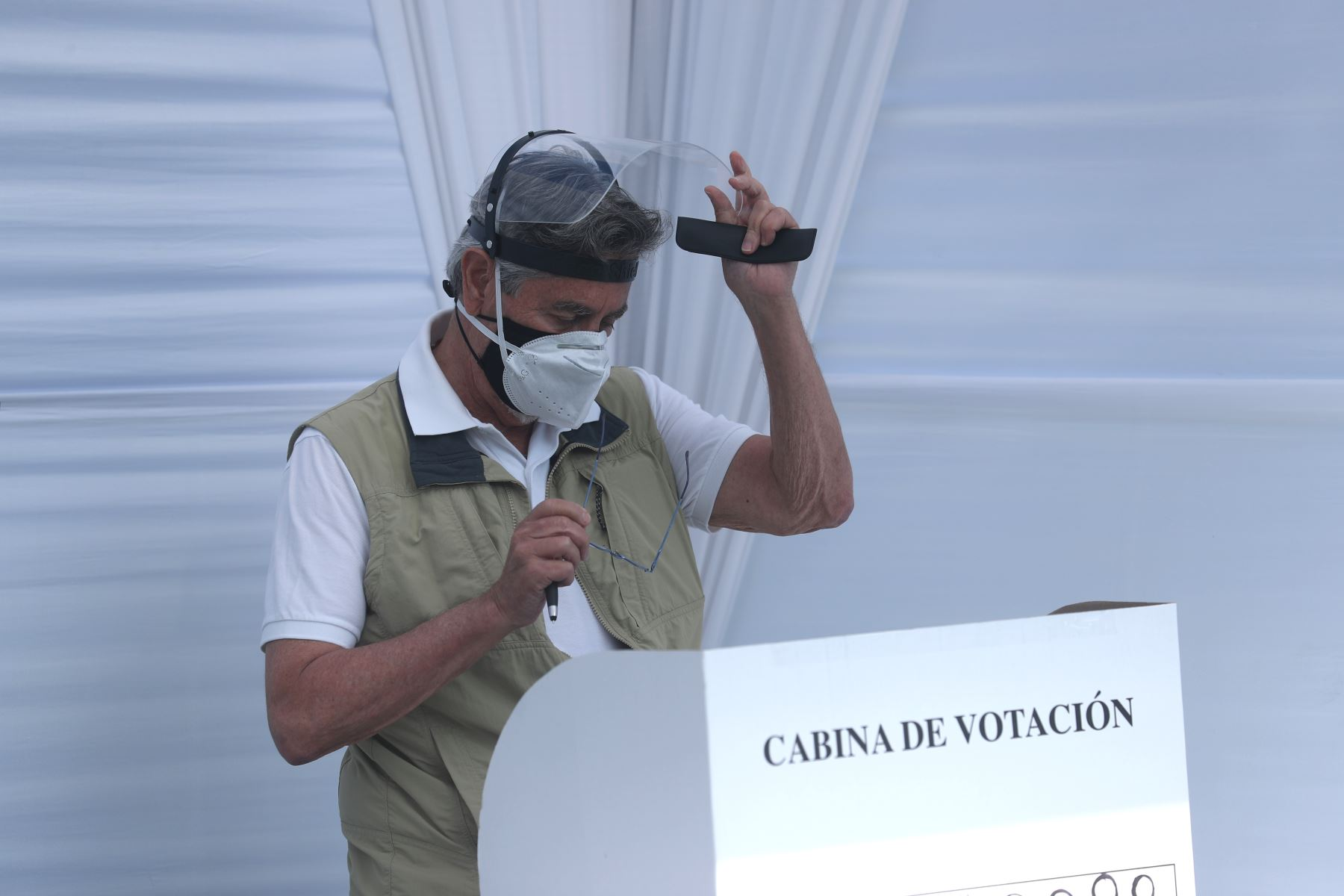 El presidente de la República, Francisco Sagasti, emitió su voto en el colegio Virgen del Carmen en el distrito de La Molina. Foto: ANDINA/ Prensa Presidencia