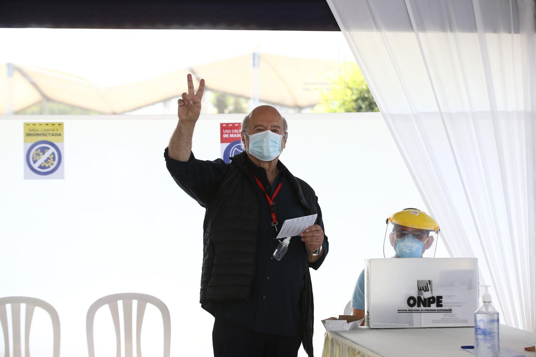 LIMA (PERÚ), 11/04/2021.-El candidato presidencial de Avanza País,  Hernando de Soto, emite su voto en el IEP Nuestra Señora de la Reconciliación, en el distrito de Surco, durante la jornada de las Elecciones Generales 2021.  Foto: ANDINA/Vidal Tarqui