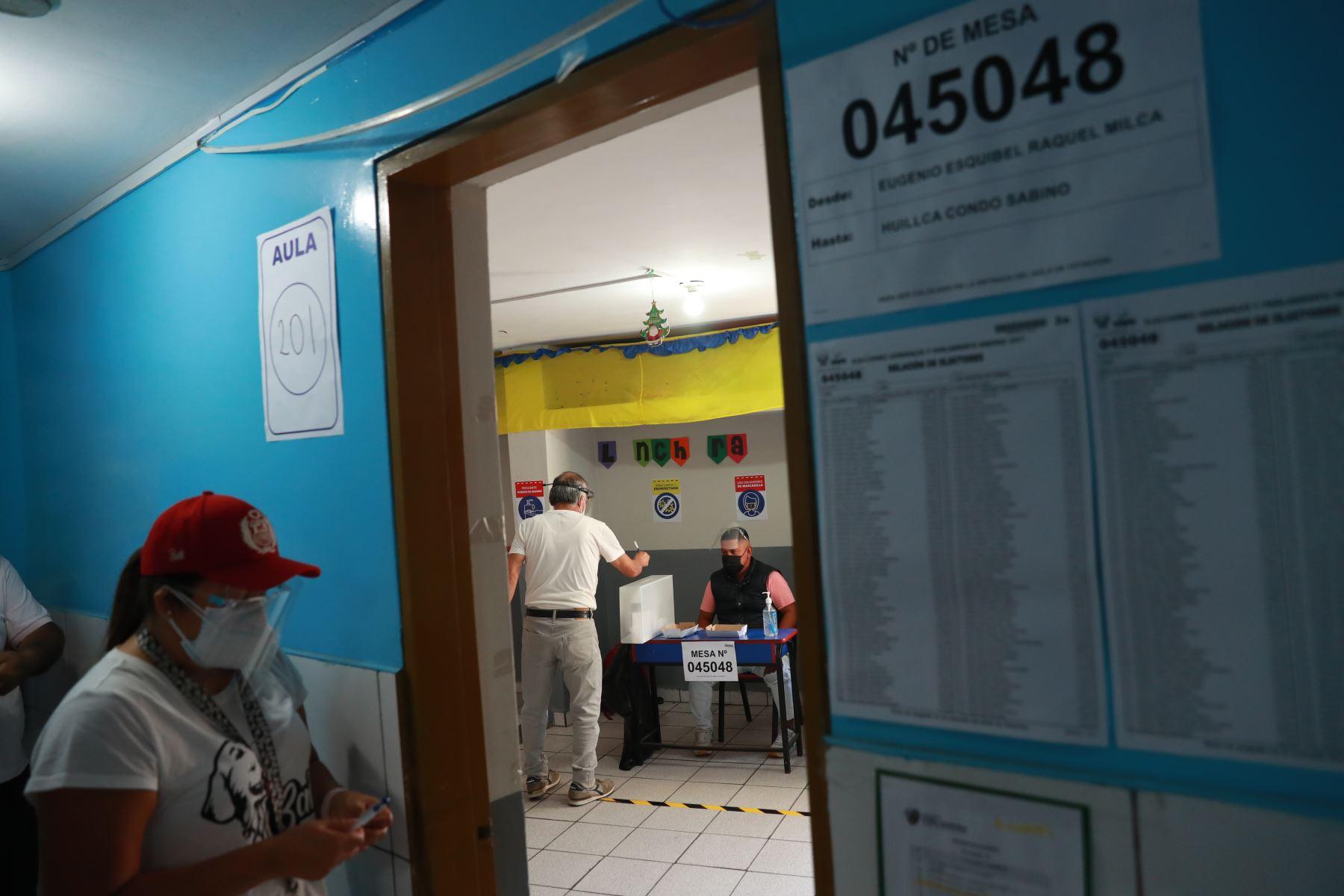 LIMA (PERÚ), 11/04/2021.- Veinticinco millones 287 mil 954 peruanos, en el país y en el extranjero, participan hoy en los comicios generales para elegir al Presidente de la República, dos vicepresidentes, 130 congresistas y cinco parlamentarios andinos.  Foto: ANDINA/ Carla Patiño