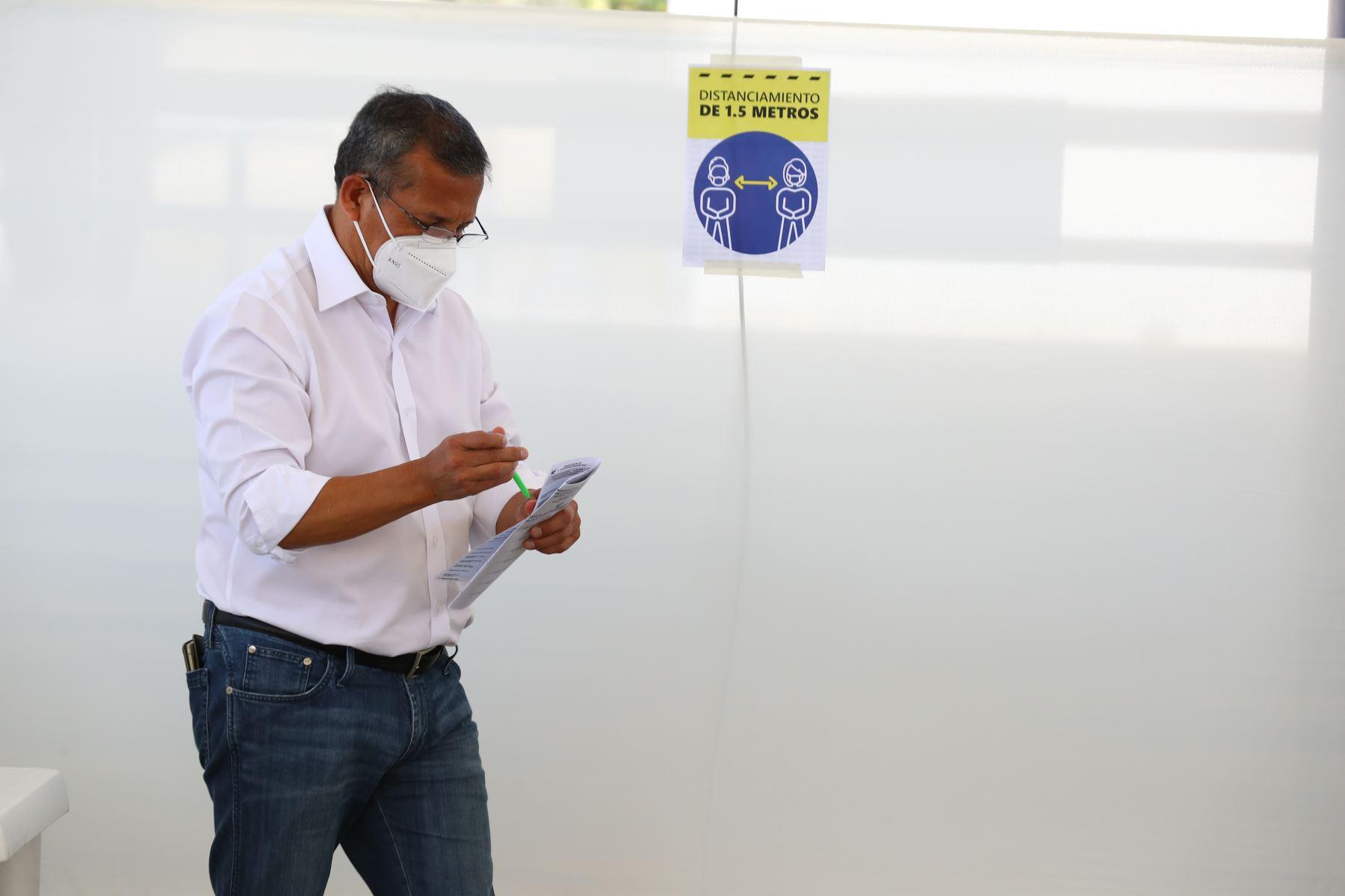 LIMA (PERÚ), 11/04/2021.-El candidato presidencial del Partido Nacionalista,  Ollanta Humala, emite su voto en el colegio Champagnat, en el distrito de Surco, durante la jornada de las Elecciones Generales 2021.  Foto: ANDINA/Melina Mejía