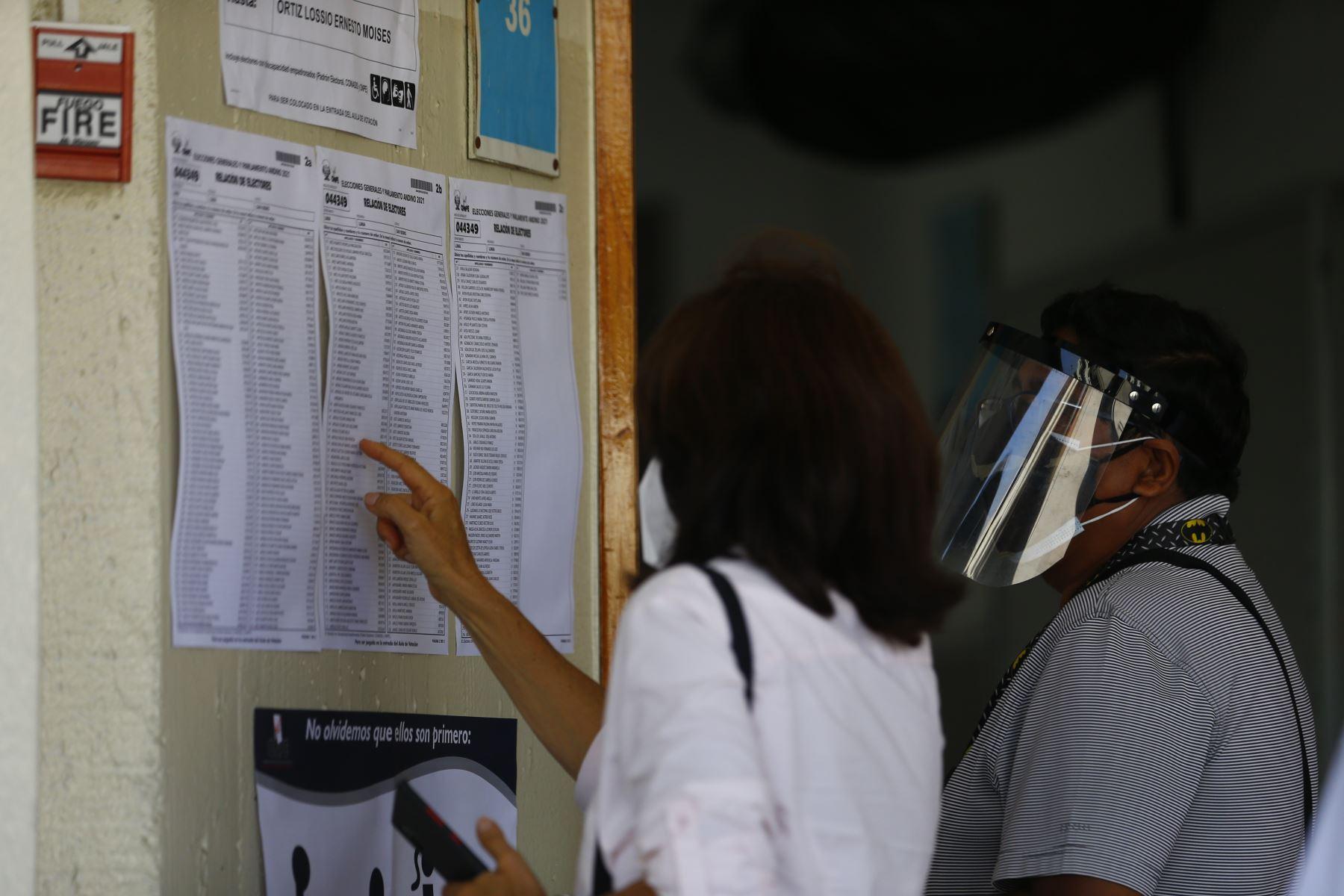 LIMA (PERÚ), 11/04/2021.-La candidata a la vicepresidencia por Victoria Nacional, Patricia Arévalo, emite su voto en el colegio María Reyna Marianistas, en el distrito de San Isidro, durante la jornada de las Elecciones Generales 2021. Foto: ANDINA/Andrés Valle