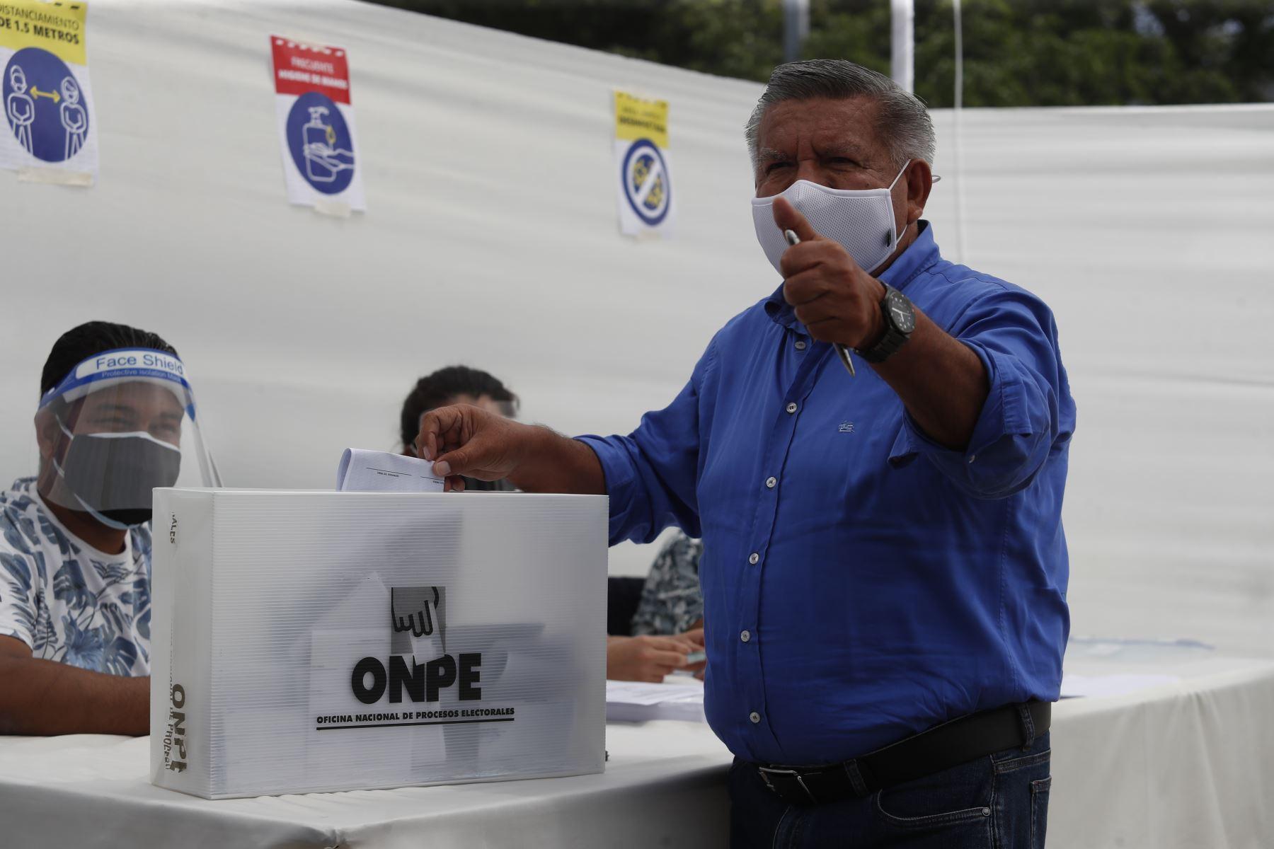 LIMA (PERÚ), 11/04/2021.-El candidato presidencial de Alianza para el Progreso,  César Acuña, emite su voto en el  colegio  San Agustín , en el distrito de San Isidro, durante la jornada de las Elecciones Generales 2021.  Foto:  ANDINA/Renato Pajuelo
