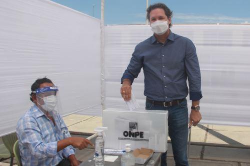 Elecciones 2021: el candidato presidencial de Somos Perú, Daniel Salaverry, emite su voto
