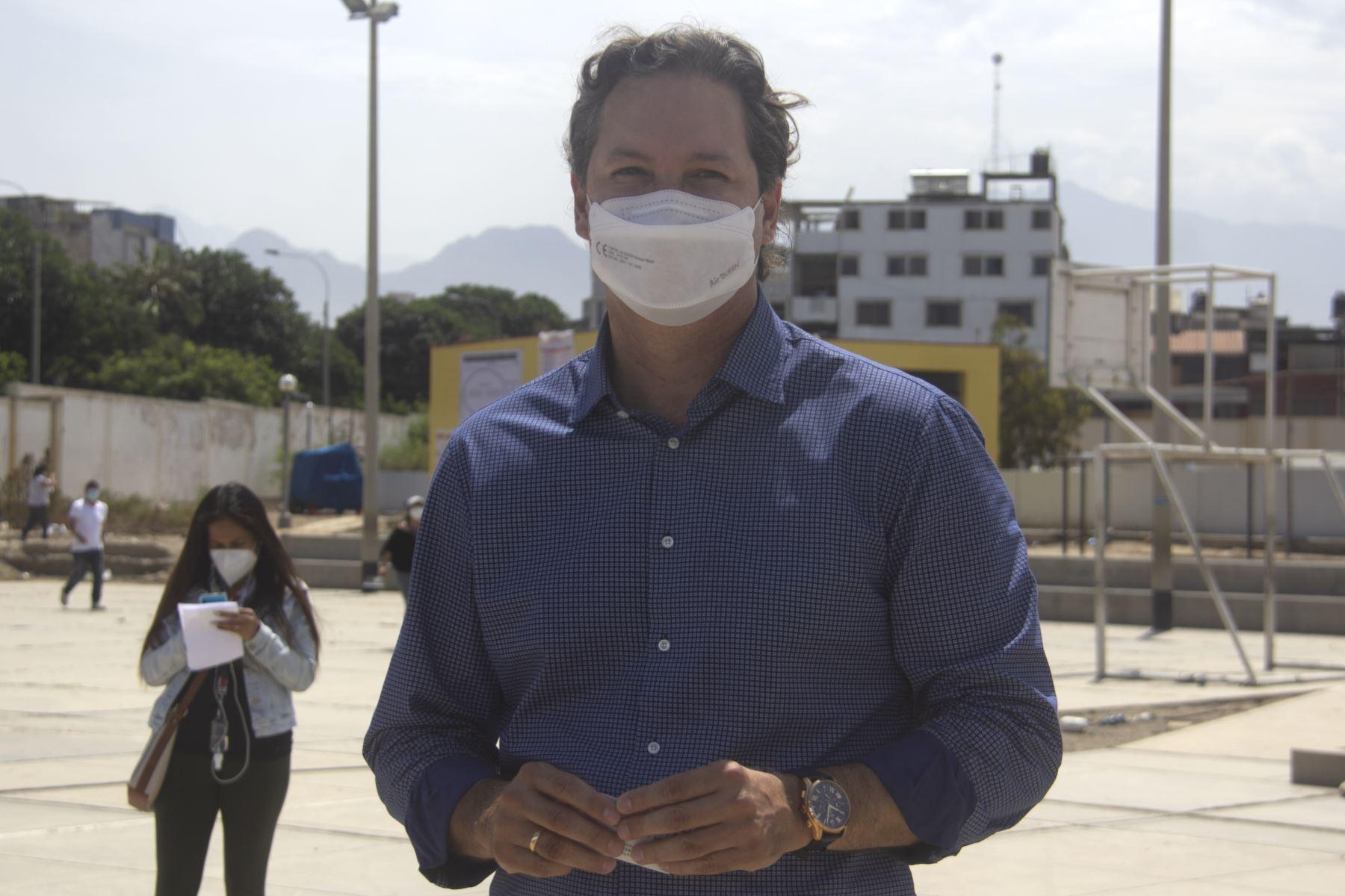 La Libertad (PERÚ), 11/04/2021.-El candidato presidencial de Somos Perú, Daniel Salaverry, emite su voto en la I. E.  San Juan,  en la ciudad de Trujillo,  durante la jornada de las Elecciones Generales 2021.  Foto: ANDINA/ Luis Puell