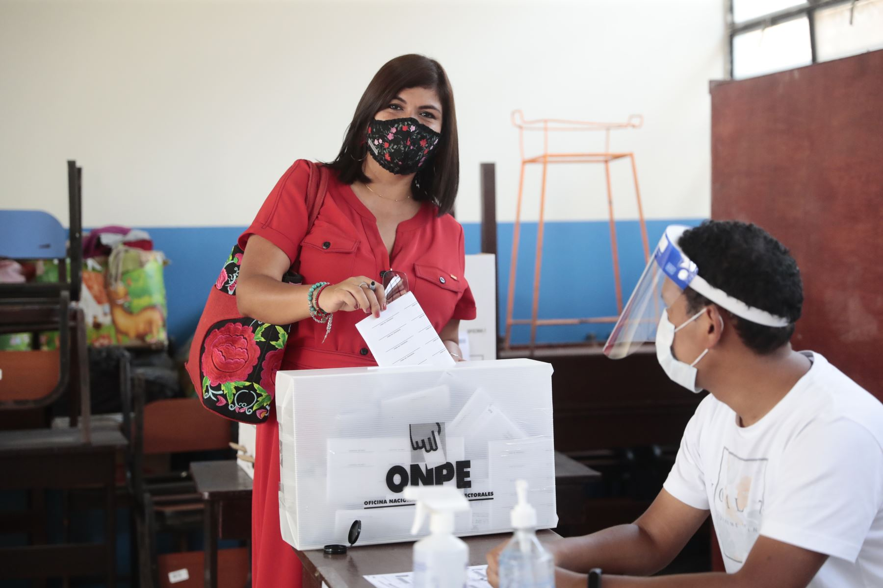 LIMA (PERÚ), 11/04/2021.- La candidata a la vicepresidencia por el Frente Amplio, Leyla Berrocal  emite su voto  durante la jornada de las Elecciones Generales 2021.  Foto: ANDINA/Braian Reyna