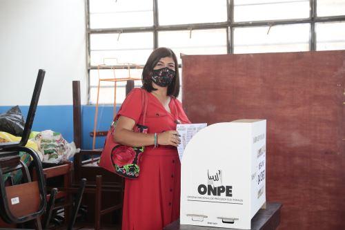 Elecciones 2021: Leyla Berrocal, candidata a la vicepresidencia por el Frente Amplio emite su voto