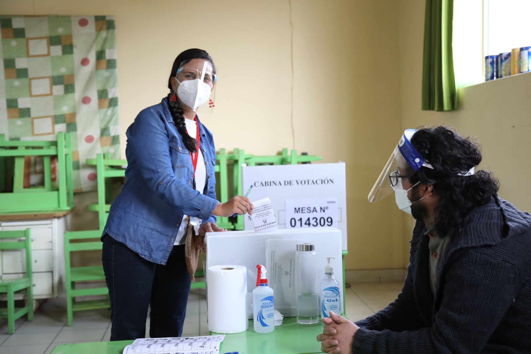 La candidata presidencial por Juntos por el Perú, Verónika Mendoza, sufragó esta mañana en la mesa instalada en el colegio Diego Quispe Tito, ubicado a cinco minutos de la plaza de Armas de la ciudad del Cusco.