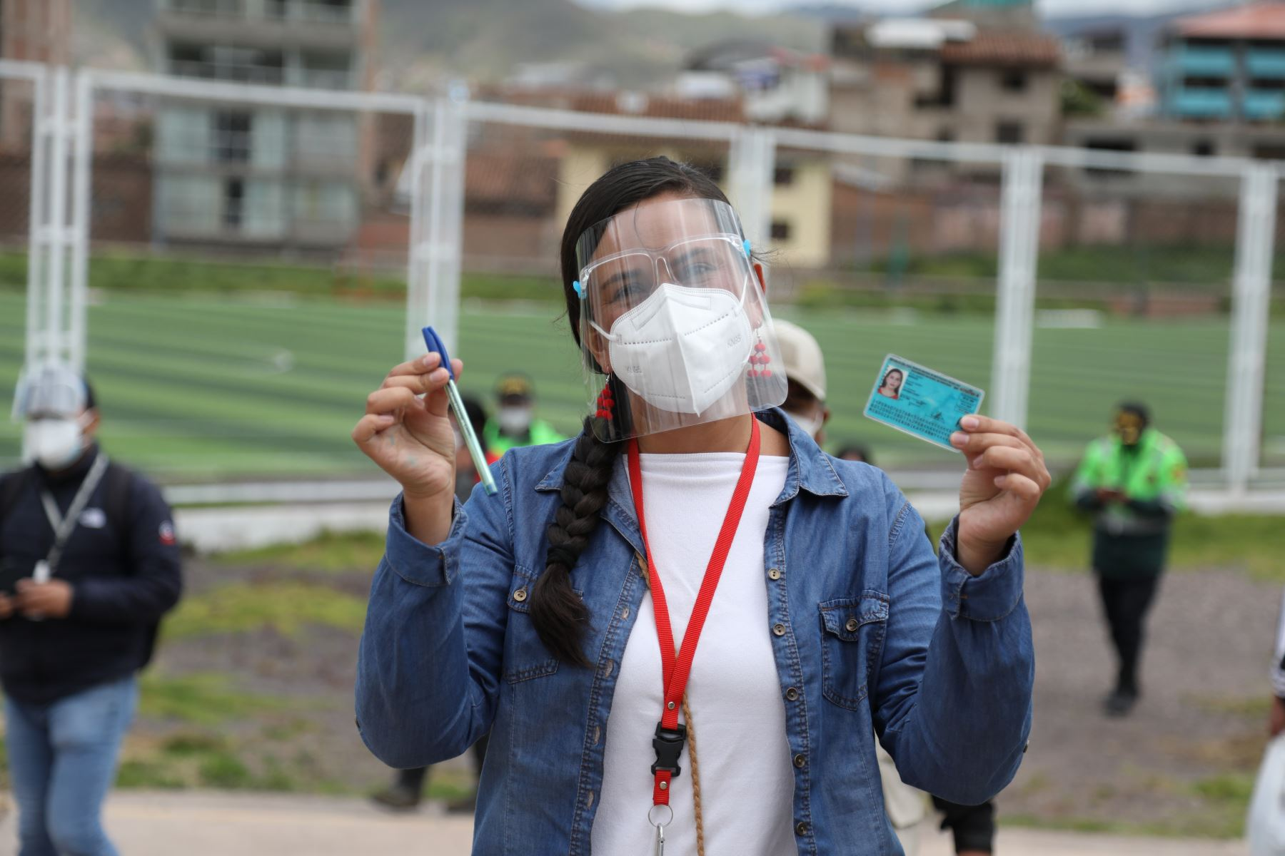 CUSCO (PERÚ), 11/04/2021.- La candidata presidencial de Juntos por el Perú,  Veronica Mendoza, emite su voto en el colegio Diego Quispe Tito, en el distrito de San Sebastian, en Cusco, durante la jornada de las Elecciones Generales 2021.  Foto: ANDINA/Percy Hurtado