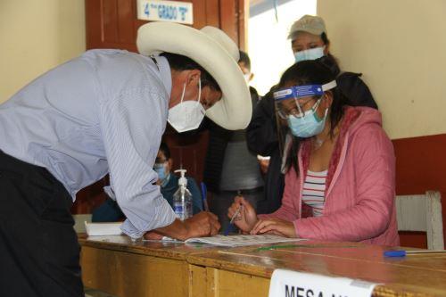 Elecciones 2021: el candidato presidencial de Perú Libre, Pedro Castillo, emite su voto