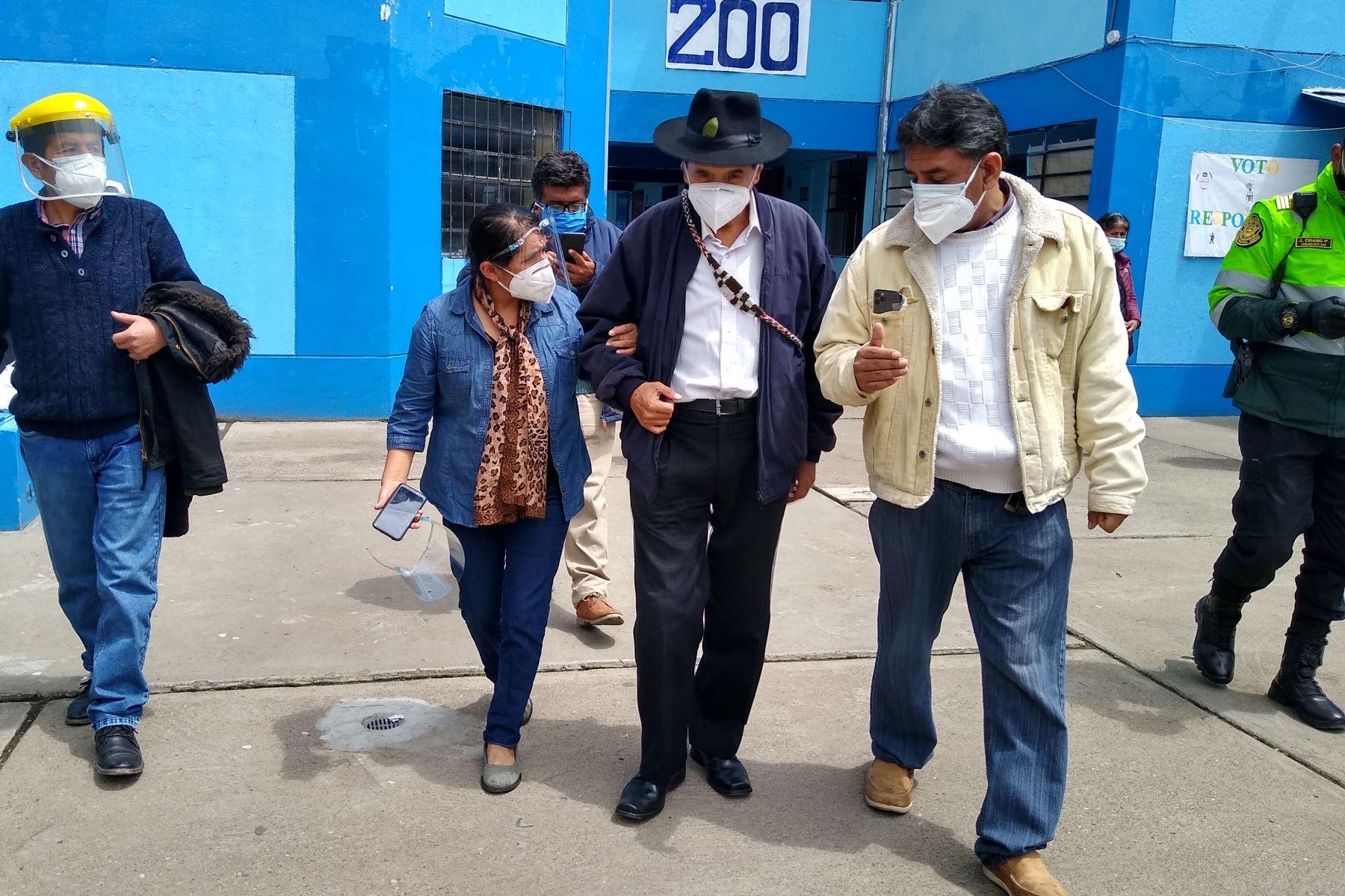 HUANCAYO (PERÚ), 11/04/2021.-El candidato presidencial de Renacimiento Unido Nacional (Runa), Ciro Gálvez, emite su voto en el colegio María Inmaculada, en centro de la ciudad de Huancayo, durante la jornada de las Elecciones Generales 2021.  Foto: ANDINA/Pedro Tinoco