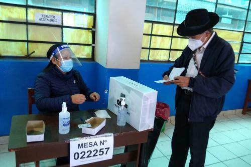 Elecciones 2021: Ciro Gálvez, candidato presidencial por Renacimiento Andino emite su voto