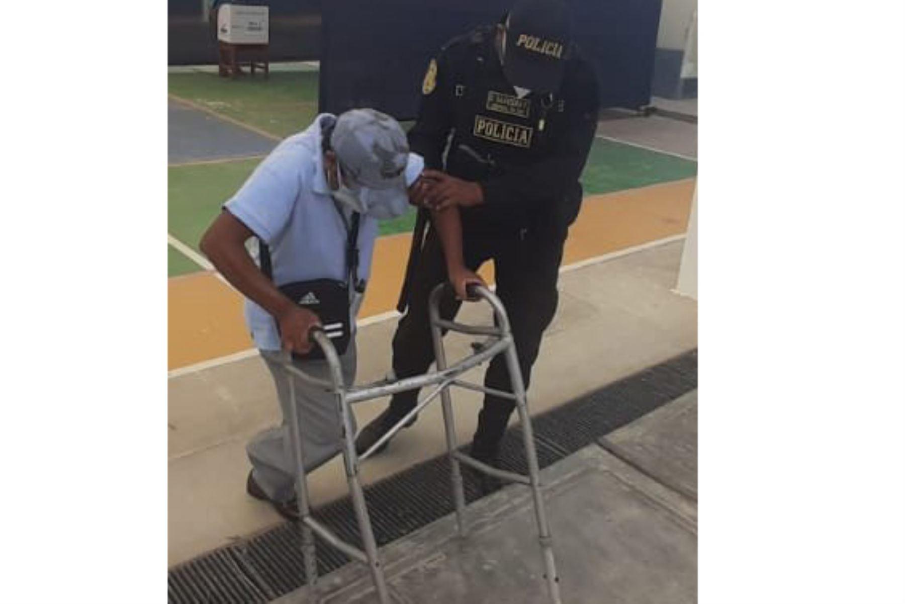 Policía apoya a persona con discapacidad física que acudió a votar pese a su impedimento físico. Foto: Twitter PNP.