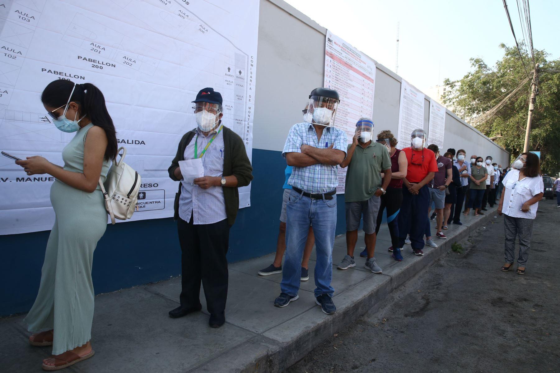 LIMA (PERÚ), 11/04/2021.- Veinticinco millones 287 mil 954 peruanos, en el país y en el extranjero, participan hoy en los comicios generales para elegir al Presidente de la República, dos vicepresidentes, 130 congresistas y cinco parlamentarios andinos.  Foto: ANDINA/ Vidal Tarqui