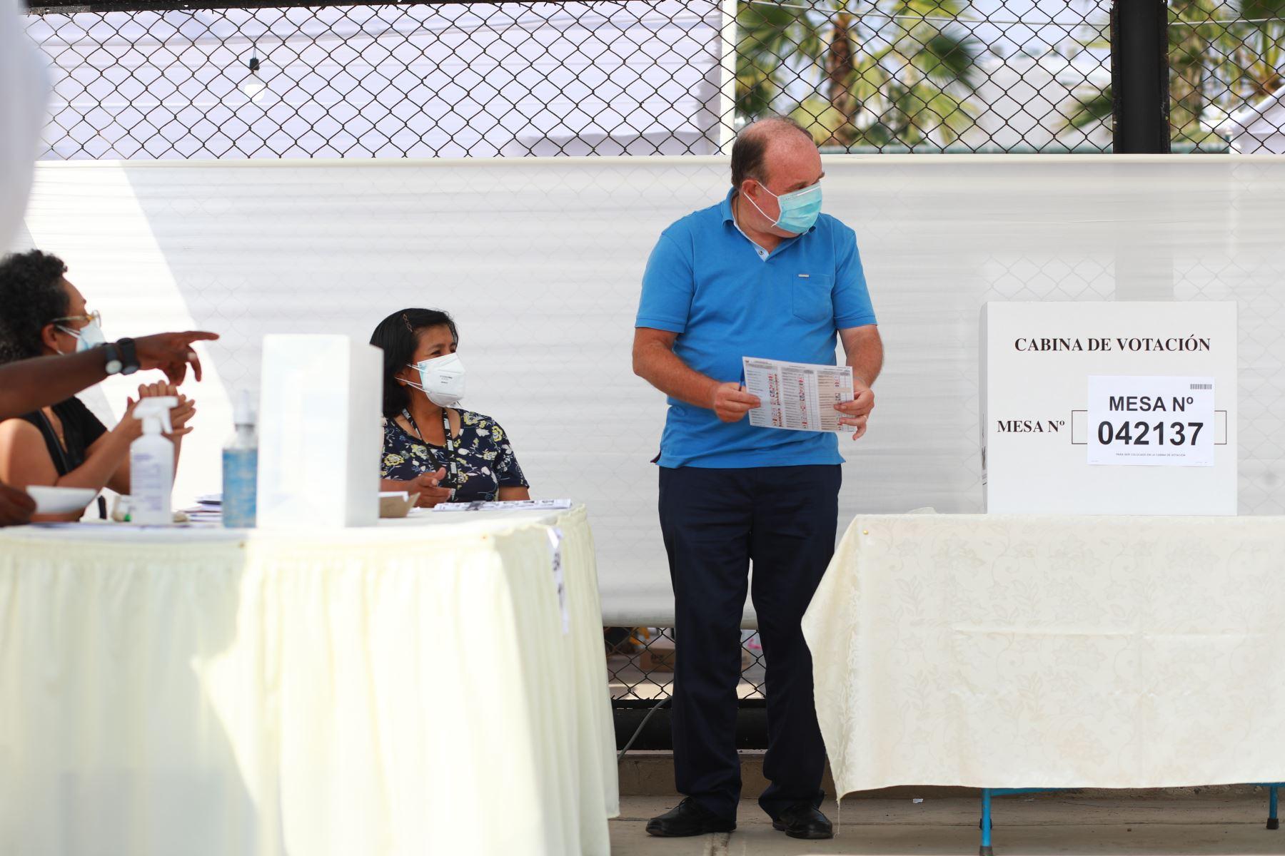LIMA (PERÚ), 11/04/2021.-El candidato presidencial del Renovación Popular, Rafael López Aliaga , emite su voto en el Complejo Deportivo Chino Vásquez , en el distrito de Miraflores, durante la jornada de las Elecciones Generales 2021.  Foto: ANDINA/ Luis Iparraguirre