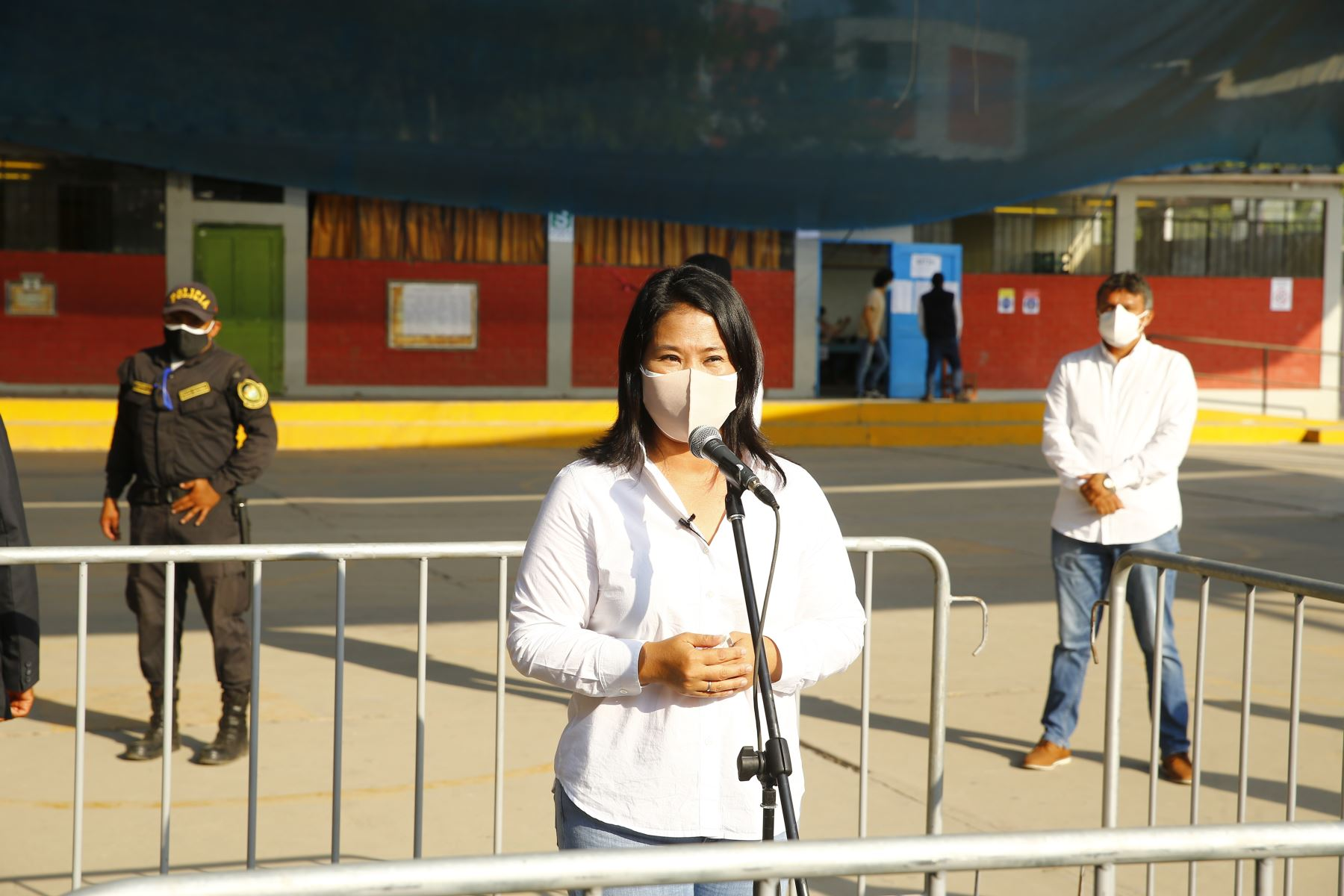 LIMA (PERÚ), 11/04/2021.- La  candidata presidencial de Fuerza  Popular,  Keiko Fujimori, emite su voto en la IE 7086 Los Precursores, en el distrito de Surco, durante la jornada de las Elecciones Generales 2021.  Foto: ANDINA/Andrés Valle