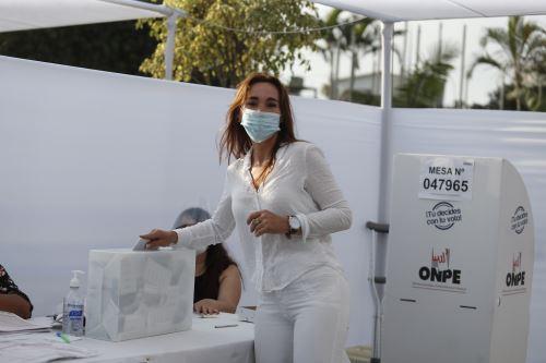 Elecciones 2021: Haydée Andrade, candidata a la vicepresidencia por Unión por el Perú emite su voto