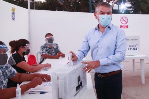 Elecciones 2021: el candidato presidencial del Partido Morado, Julio Guzmán, emite su voto