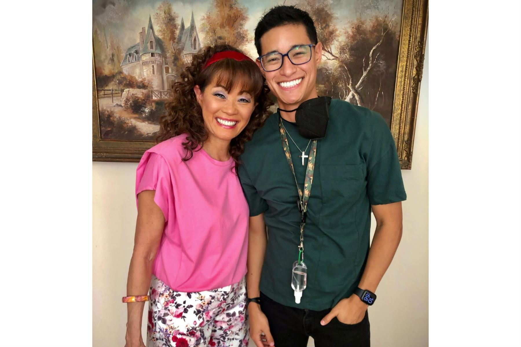 Tony Succar posa junto a su madre en un alto de la producción corta que realiza en Lima. ANDINA/Difusión